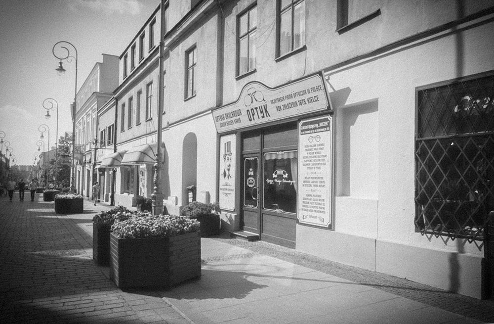Kreatywny projekt witryny sklepowej stylizowanej na starodawną, Najstarszy Zakład Optyczny Soczek, Kielce