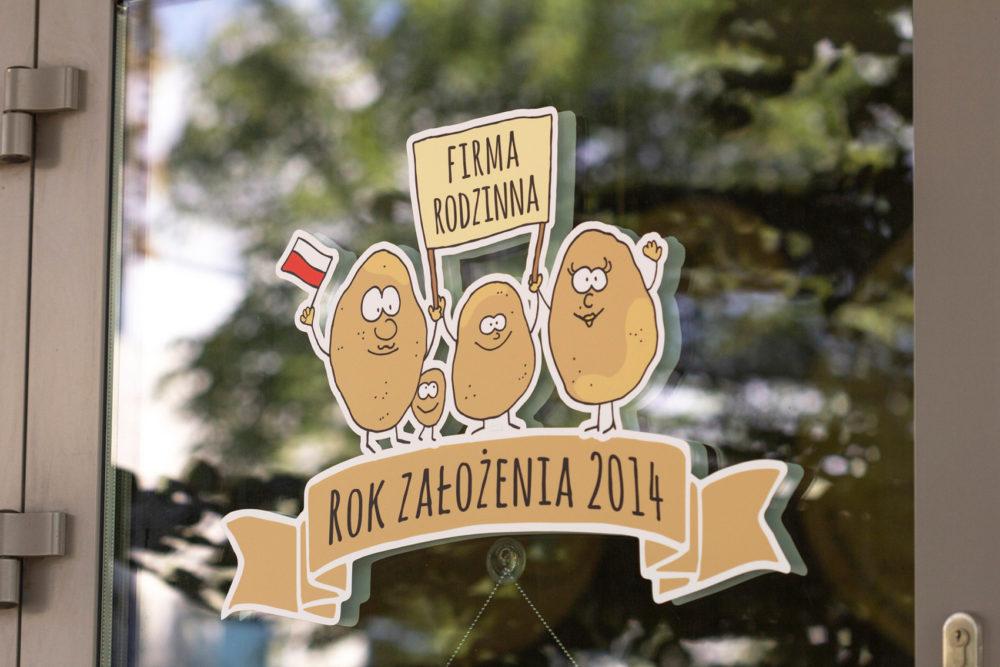 Nieszablonowa witryna Mr Potato z zabawnym elementem graficznym – rodzinką ziemniaków