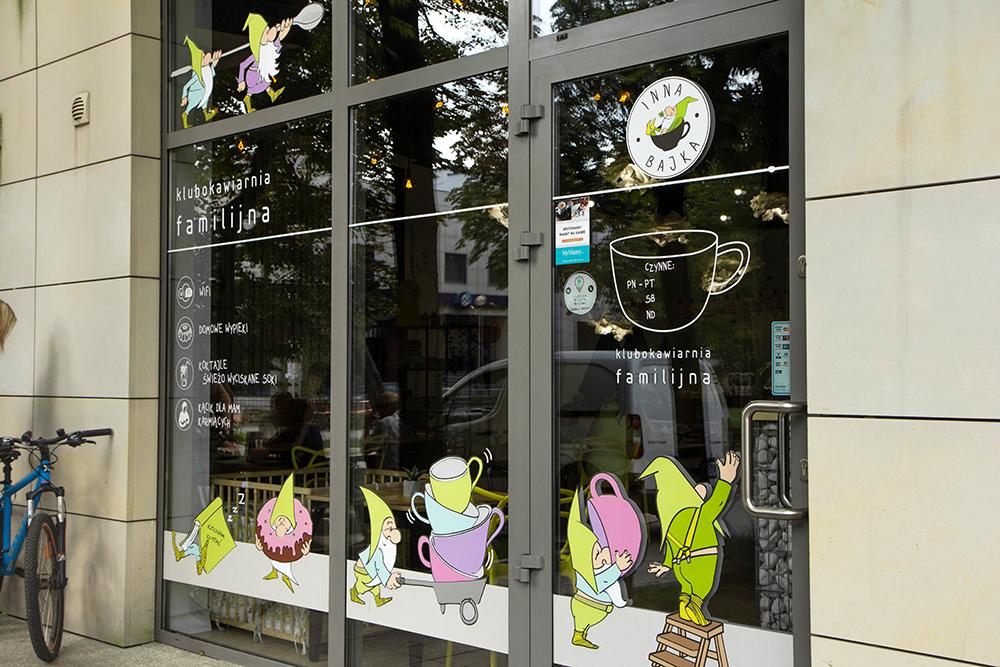 Zdjęcie witryny z krasnalami Klubokawiarni Familijnej Inna Bajka